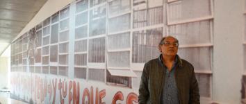 El artista peruano Herbert Rodríguez frente a la imagen de su obra en el LUM